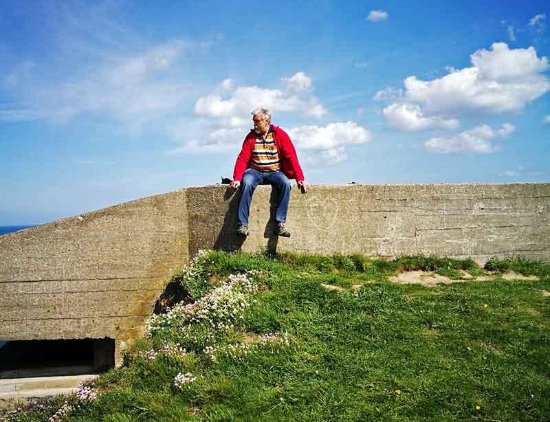 Bild 13 Pause an einem alten Bunker bei Wanderung entlang der Klippen am Cap Gris Nez