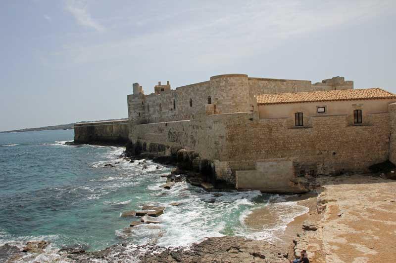 Blick auf die alte Burg auf der Insel Ortiga