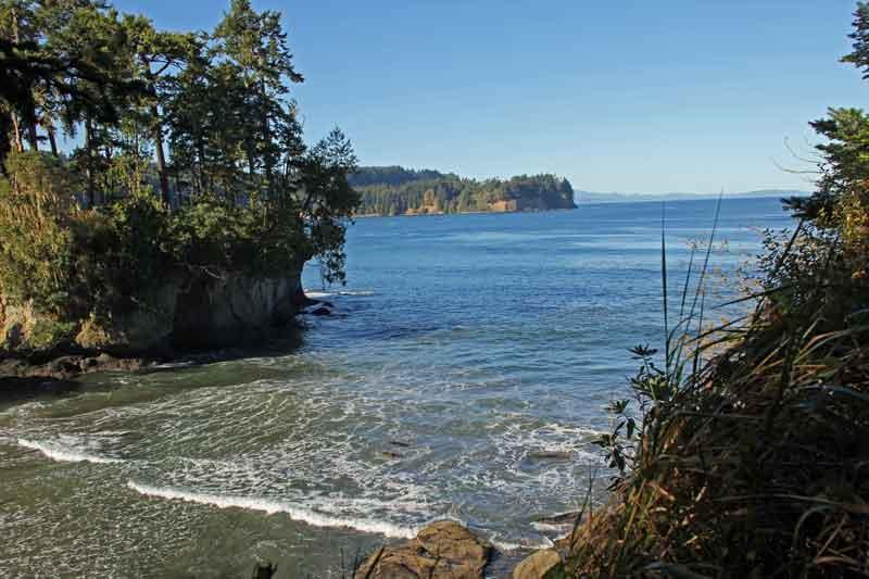 Bild 9 Kleine Felseninseln werden vom Meer umspült