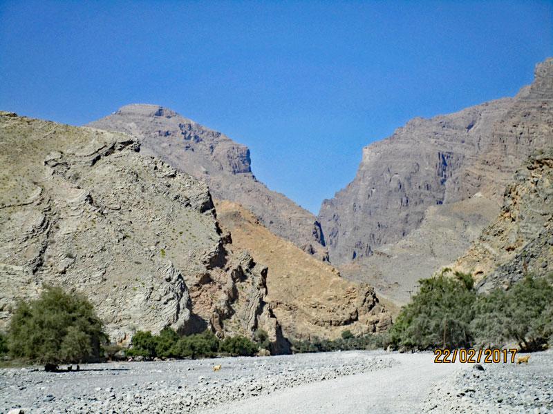 Bild 4 Fahrt ins Wadi Muaydin über einen unbefestigten Schotterweg
