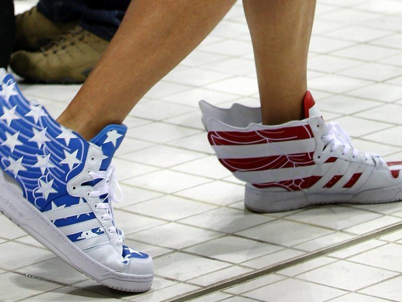 Patriotisches Schuhwerk im Olympischen Park: US-Schwimmer Ryan Lochte im Nationalflaggen-Dekor. Foto: Barbara Walton