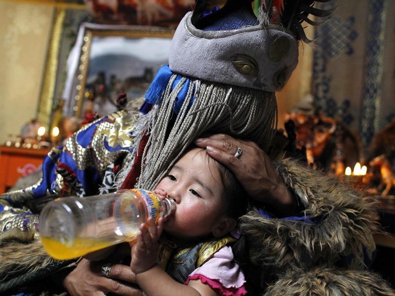 Ein mongolischer Schamane zelebriert ein Heilungsritual an seiner Nichte. Foto: How Hwee Young