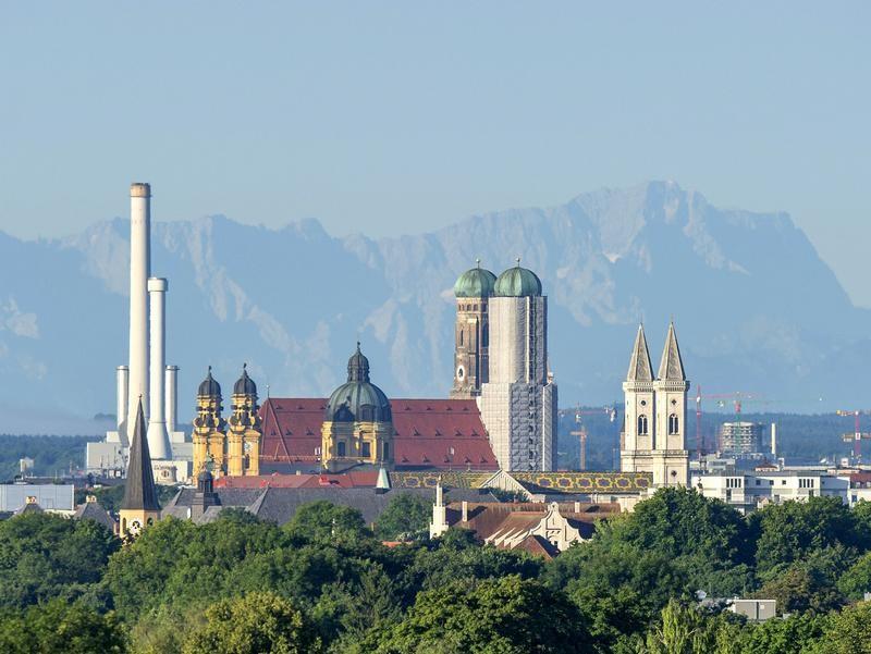 Seltener Anblick: Die 2962 Meter hohe Zugspitze ist direkt hinter der Frauenkirche in München zu erkennen. Foto: Marc Müller