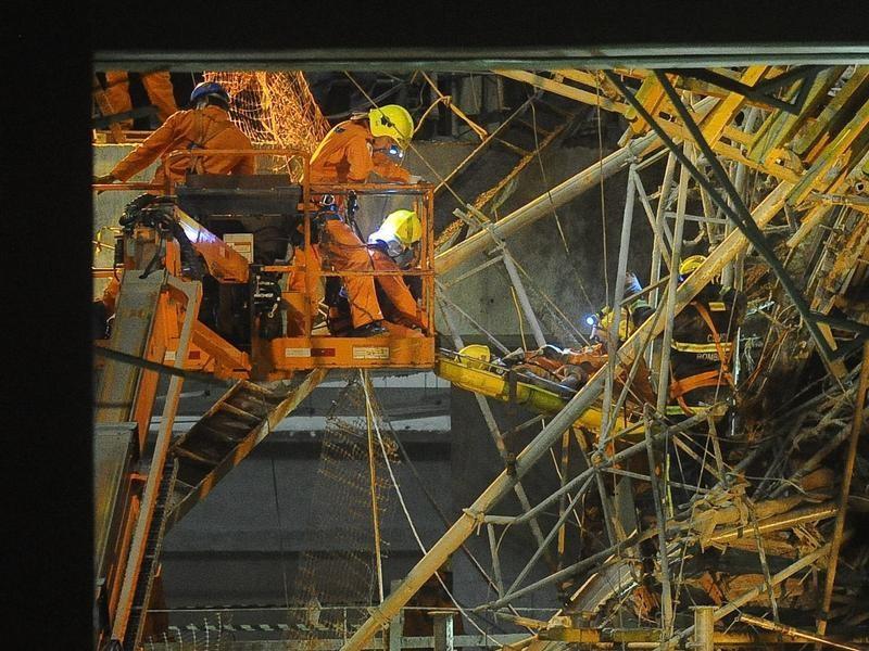Feuerwehrleute retten einen Arbeiter aus dem Trümern eines zusammengestürzten Stadions in Brasilien. Foto: Fernando Bizerra jr.