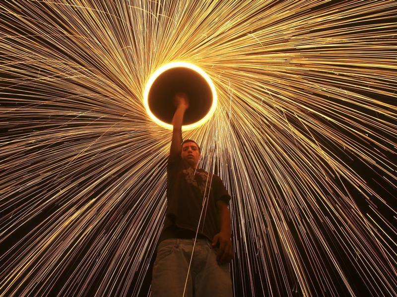 Ramadan im Gazastreifen: Ein Palästinenser feiert den Beginn der Fastenzeit mit einem kleinen Feuerwerk. Foto: Ali Ali