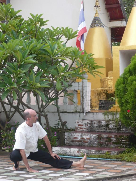 Philippe ASPE pratiquant le qi gong à Pai, nord de la Thaïlande