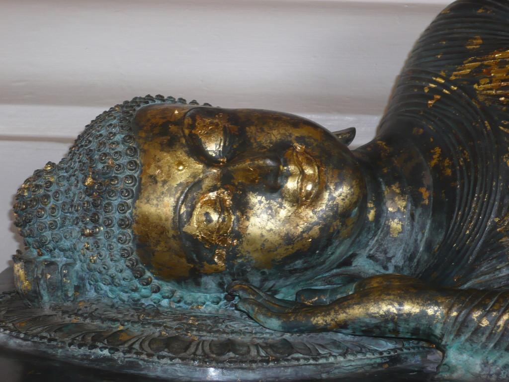 tête de bouddha couché