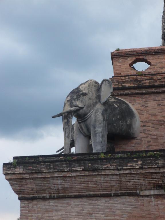 le plus ancien et grand chédi de Chiang Mai