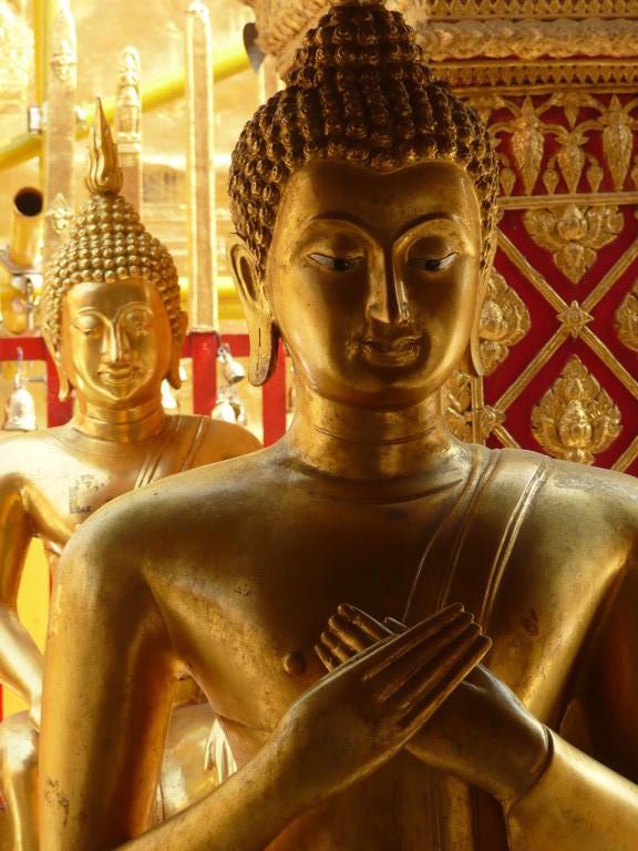 statues dorées au magnifique temple du Dhoi Suthep, Chiang Mai