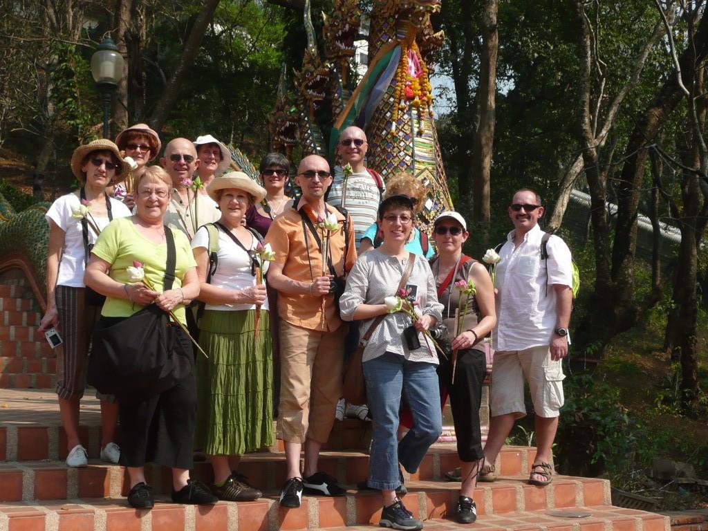 le groupe d'élèves avec Philippe ASPE, devant l'escalier du Dhoi Suthep à Chiang Mai, février 2009