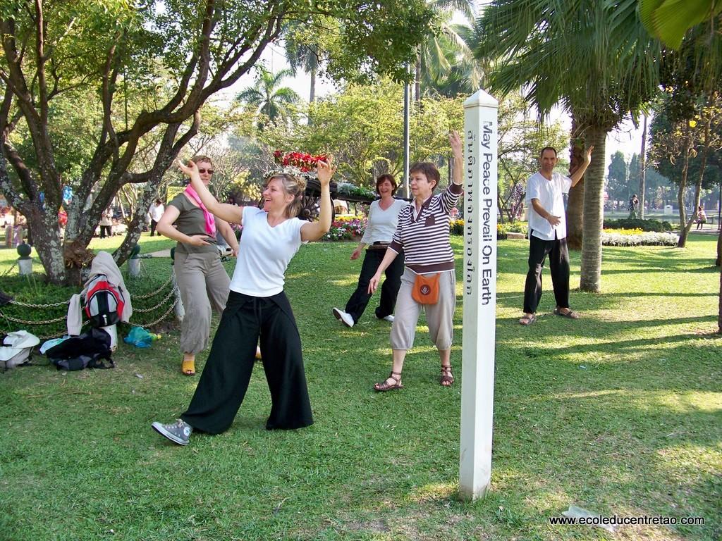 pratique près d'un poteau de la Paix (Peace pole)