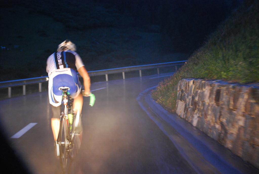 Nach der grossen Hitze am Tag folgte die kalte Nacht, im Auslauf von der Abfahrt der Berninabergstrasse der Regen, gepaart mit dichtem Nebel ging`s über die Passhöhe bis hinuter zur Abzweigung Richtung Davos...