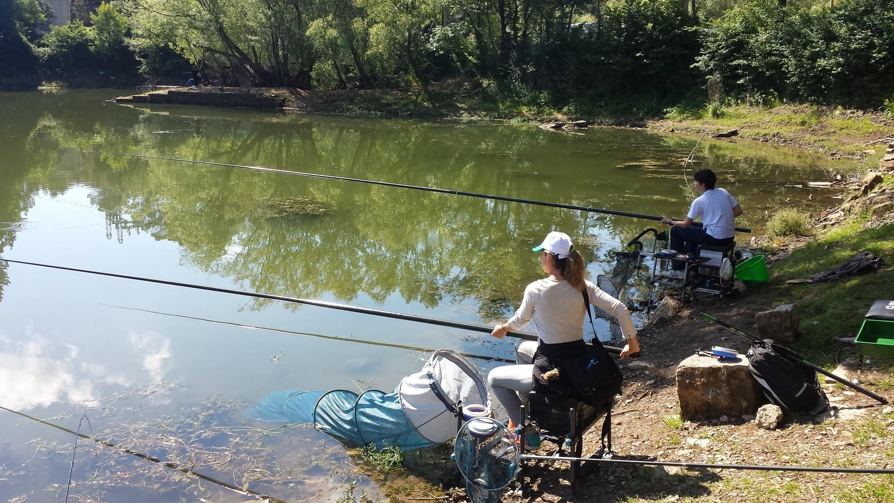 Ici une maman et son fils apprennent les bases de la pêche au coup.
