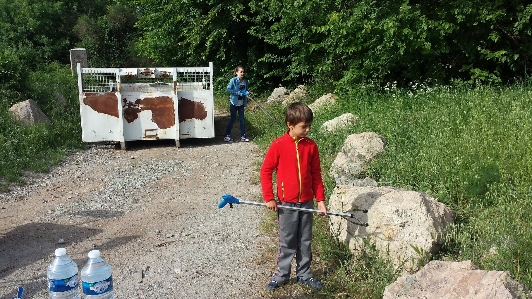 Les enfants essaient les pinces prêtées par la fédération 83 !