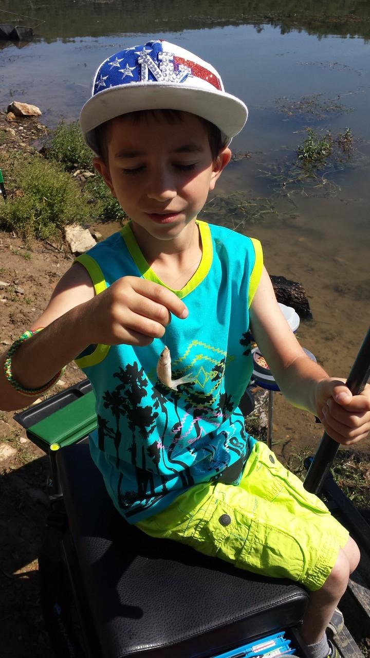 Il commence par prendre un petit poisson ...