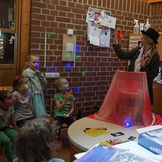 Zauberin Sina Simelia bringt naturwissenschaftliche Themen den Kids bei und macht wilde Expperimente & Zaubertricks