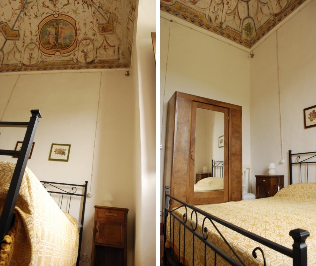 Camera da letto con la storia di Adamo ed Eva affrescata sul soffitto