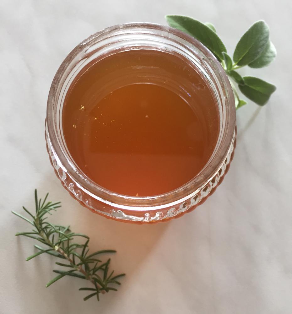 Il miele millefiori che nasce dal giardino officinale, con sentori di erbe aromatiche
