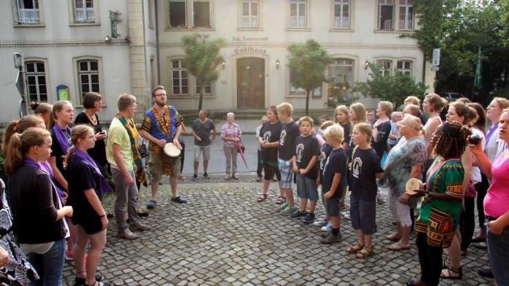 """Auf dem Kirchvorplatz wurde mit überschäumenden Emotionen """"Freedom Is Coming"""" gesungen. Fotos: Christa Bechtel"""