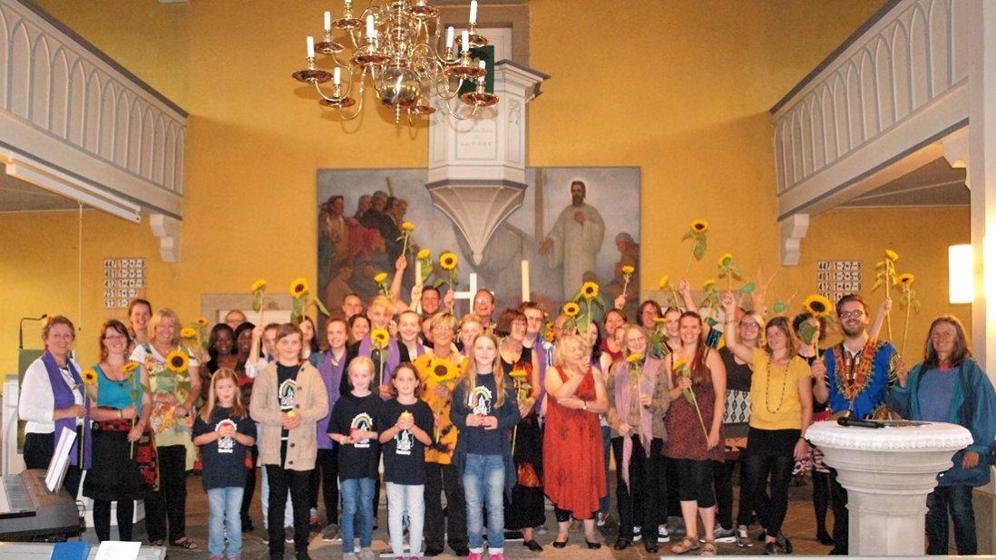 Zum Abschluss wurden in der Walburgis-Kirche Venne Sonnenblumen an die Mitwirkenden verteilt. Foto: Heinz-Otto Müller
