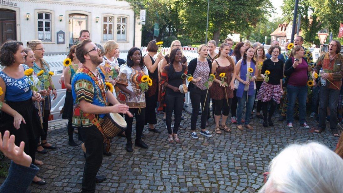 Und draußen vor der Kirche geht es weiter. Das Gospelchor wollte nicht enden... Foto: Heinz-Otto Müller