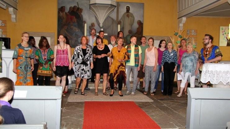 """Der Chor """"Njabulo"""", ein Afrikagospelchor aus Osnabrück, sorgte mit seinem Leiter Max-Ole Tammen für mitgehende Rhythmen."""
