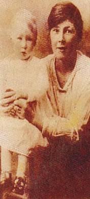 Mary Sutton, quien en la actualidad se llama Jenny Cockel, al lado de su hija Phillips en 1927.