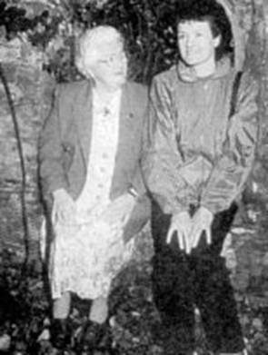 Jenny Cockel al lado de su hija Phillips, 71 años después, en 1994. Sus propios hijos dijeron que los trazos fisonómicos se asemejaban a los de su madre Mary Sutton, ya fallecida.