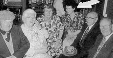 La flecha señala a Jenny Cockel, al lado de sus hijos de la existencia pasada, cuando vivió como Mary Sutton. El encuentro fue posible a través de la ayuda de los periódicos irlandeses y de las cartas enviadas a las iglesias, que llegaron a los hijos sobr