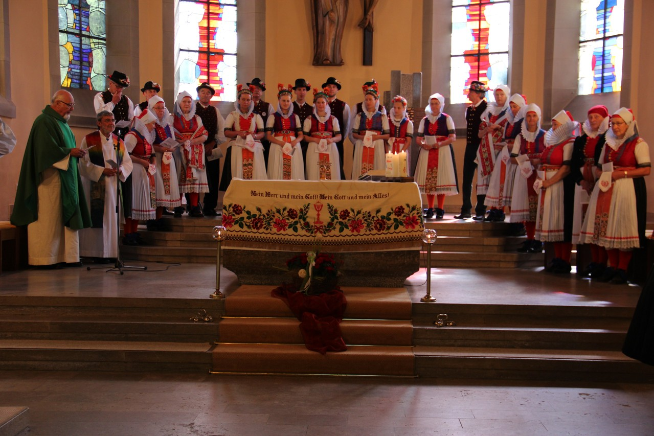 Trachtengruppe am Altar der Herz-Jesu-Kirche in Fachsenfeld