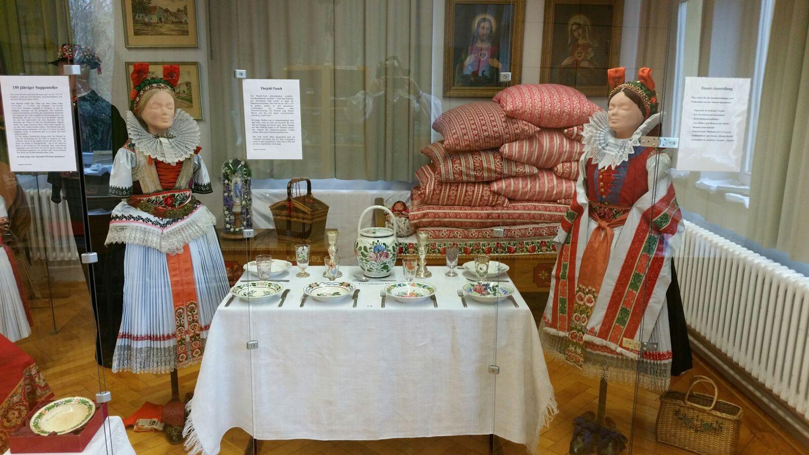 Festlicher Tisch und Paradebett