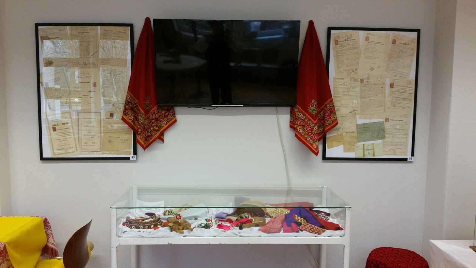 zwei Bilder mit alten Dokumenten