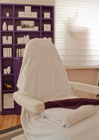 Behandlungsraum im Kosmetikstudio Cosmetic Heidi Schwaiger Salzburg
