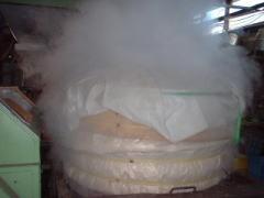 毎朝和釜で蒸かし、蒸かした米は、麹米は40℃弱、掛米は13℃から5℃の適した温度に自然放冷します。