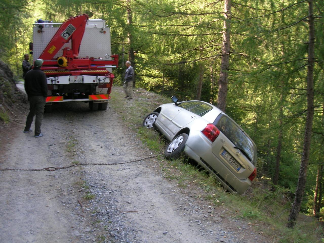 PKW droht in Wald zu stürzen 2009