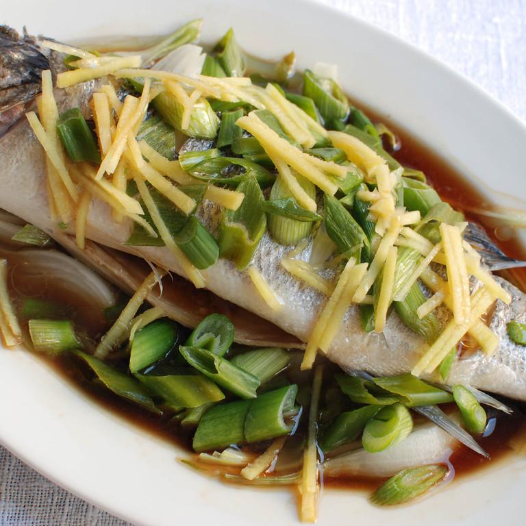 Gedämpfter Fisch mit Frühlingszwiebeln
