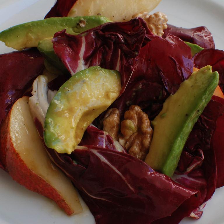Salat mit Radicchio, Birne, Avocado und Walnuss