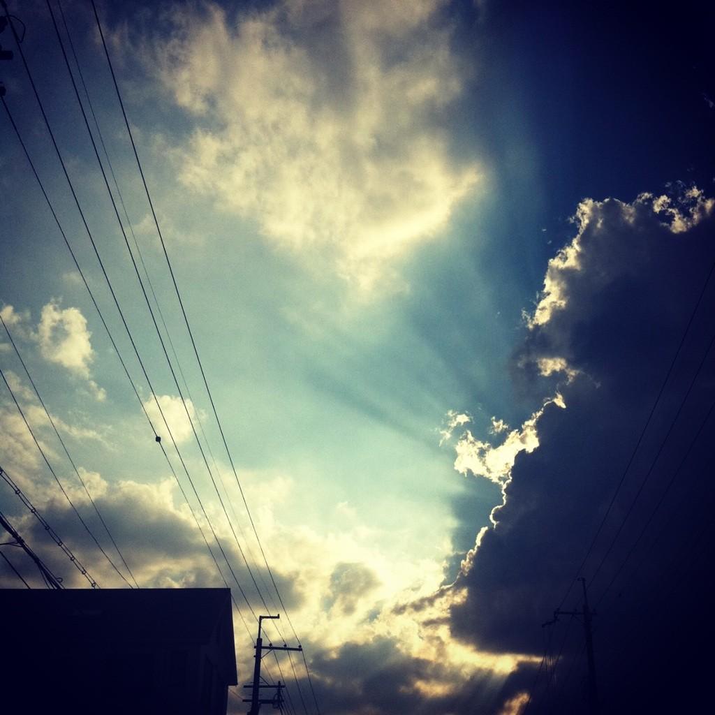 雲を走る光