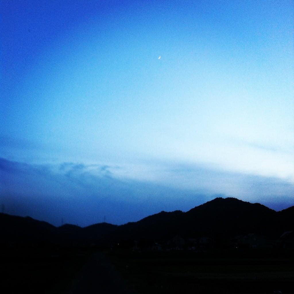 その月はとても小さく 青に霞む
