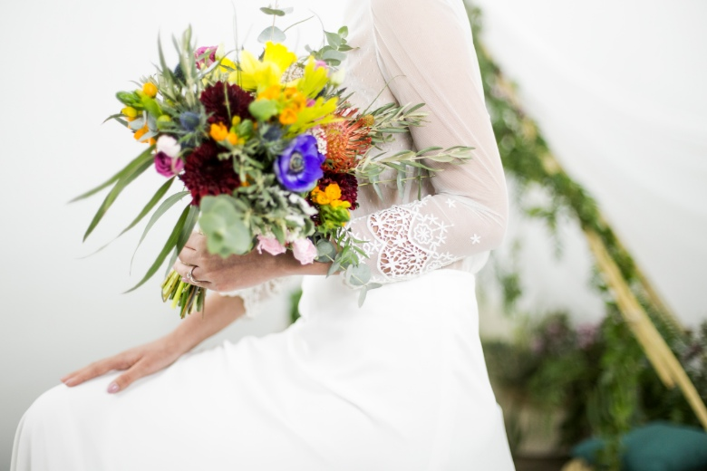 alt ramo de novia colores primavera para una novia millenial de estilo boho