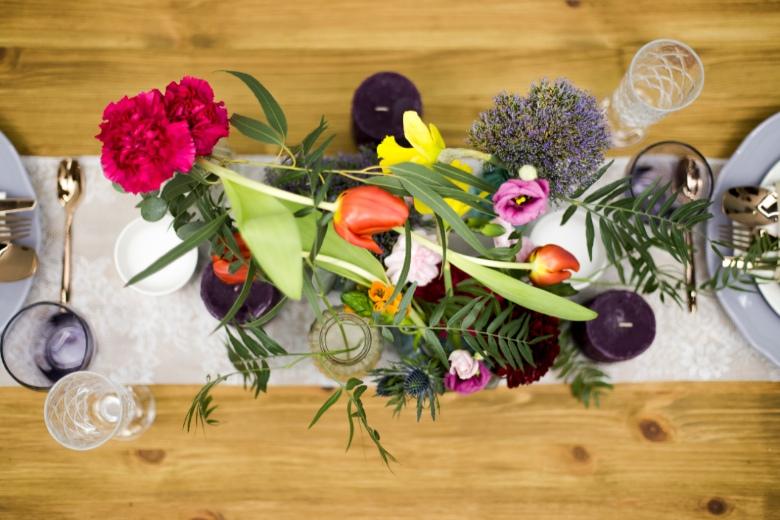 Detalle de mesa  con flores para boda boho