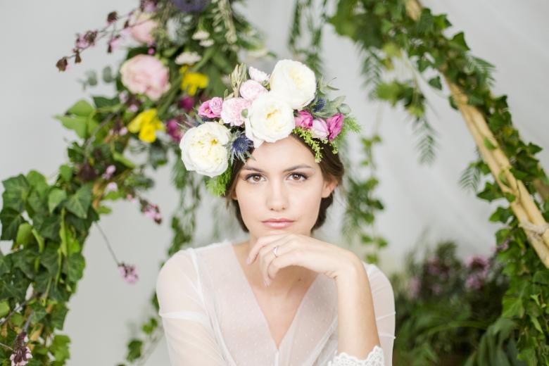 Novia boho con corona de flores bajo tipi indio