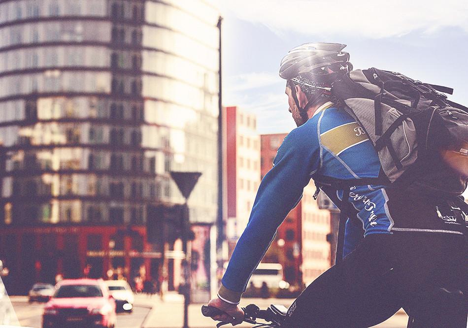 Berlin City Lifestyle, Fahrradkurier, Radfahrer, Urban Photography, Gegenlicht, Streetlife,