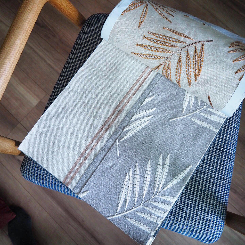 グレー地に白の草木柄の刺繍生地