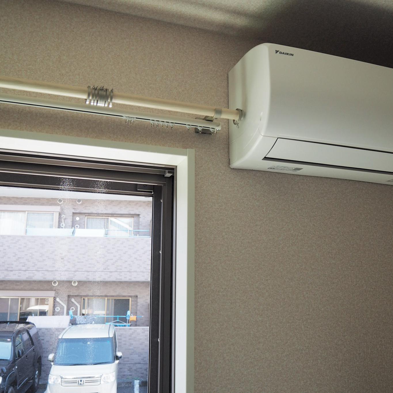 エアコン側はギリギリのところでレールをカット。装飾レールのキャップも平らなタイプを取付。
