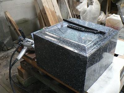 墓石材 研磨作業 (福島県産深山ふぶき石)