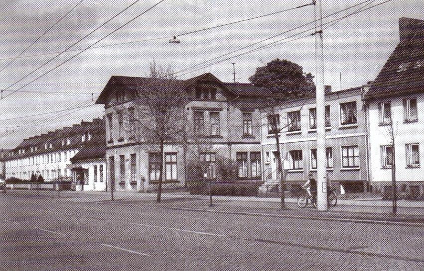 Gegenüber vom Park und Lindenapotheke, 1959