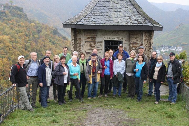 Wandergruppe vor der Michaelskapelle oberhalb von Mayschoss