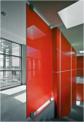 Schiebetür und Wandverkleidung als VSG - farbiges Glas.