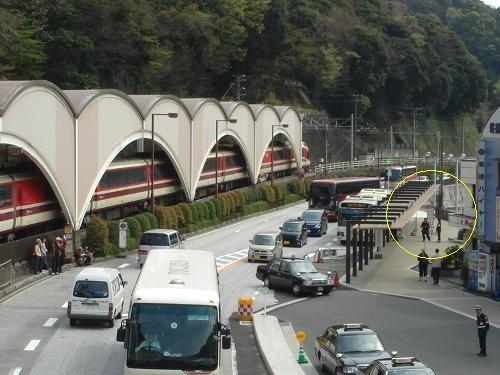 箱根湯本集合場所:駅前のバスターミナル広場です(黄色い丸印)